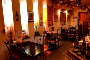 インド雑貨で飾られた店内はカウンター席もあるのでお1人でも安心! インド音楽の中でお食事が楽しめます。
