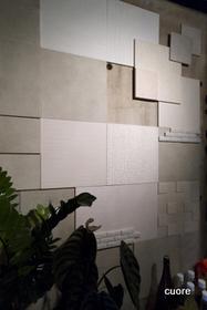 健康壁材エコカラットを使用しています。<br /> 呼吸する壁で、空気をきれいにしながら調湿もしており、自然とリラックスできます。<br /> 落ち着く空間、ほっとする空間、明るい空間…いろいろ楽しめるのが、くおーれです。<br /> ちょっとビックリ!壁体験のアトラクション付きです。