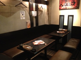 テーブル席です。<br /> <br /> 御城のような。黒と白のコントラストで落ち着く空間です。<br /> 個室にも、なります。<br />