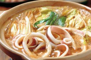 冬は鍋料理のリクエストもOK。新鮮な魚介類で作る鍋は格別の味(要予約)