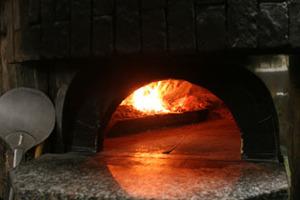 石釜で焼くピッツァはパリパリで最高!