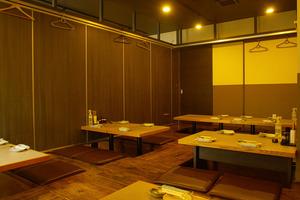 4名用掘りごたつテーブルを4テーブルご用意。仕切り壁を外せば最大80名まで利用可能。