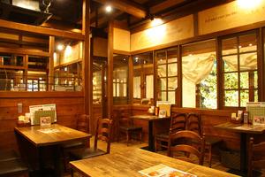 木の温かさがあふれる店内。天井も高く開放的。