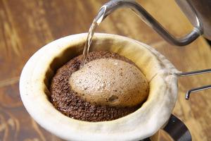 丁寧にネルドリップで淹れるコーヒーこの泡、鮮度が良い証!!