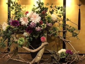 オーナーこだわりの店内は、豪華なお花が沢山飾ってあります。
