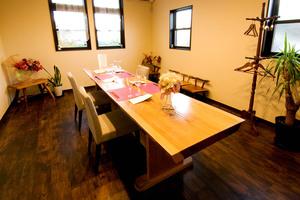 完全個室のプライベートルームです。2名様〜約10名様まで。落ち着いてお食事をお楽しみ頂けます。