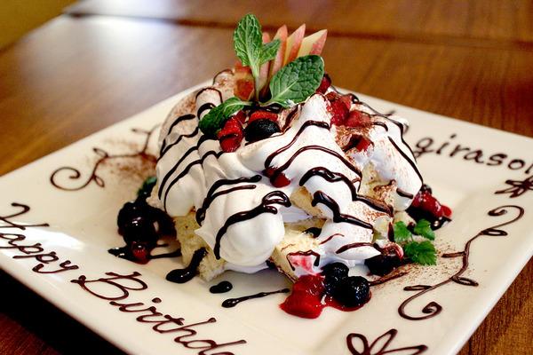一口サイズにカットしたシフォンケーキで作る「デコレーションケーキ」承ります。※要予約