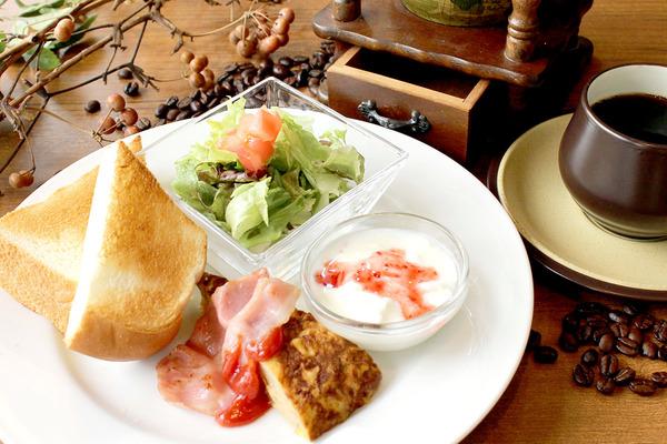 C,トーストモーニング(トースト、スパニッシュオムレツ、ベーコン、サラダ、プチデザート)