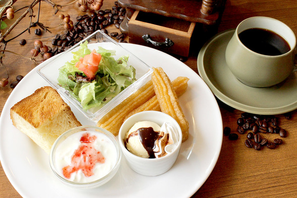 D,デニッシュモーニング(デニッシュトースト、サラダ、アイス&チュロス、プチデザート)