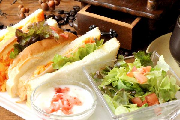 ・ サンドイッチモーニング(ハム&卵サンド、サラダ、プチデザート)