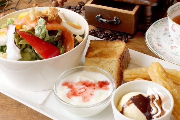 ・ ボリュームサラダモーニング(本日のたっぷりサラダ、デニッシュ、アイス&チュロス、プチデザート)