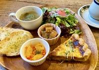 パン、サラダ、2種のデリ、スープ、ドリンク付