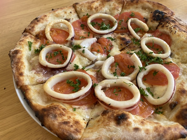 イカとフレッシュトマトのアンチョビガーリックピザ