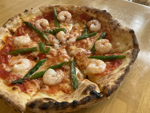 海老とアスパラガスのトマトピザ