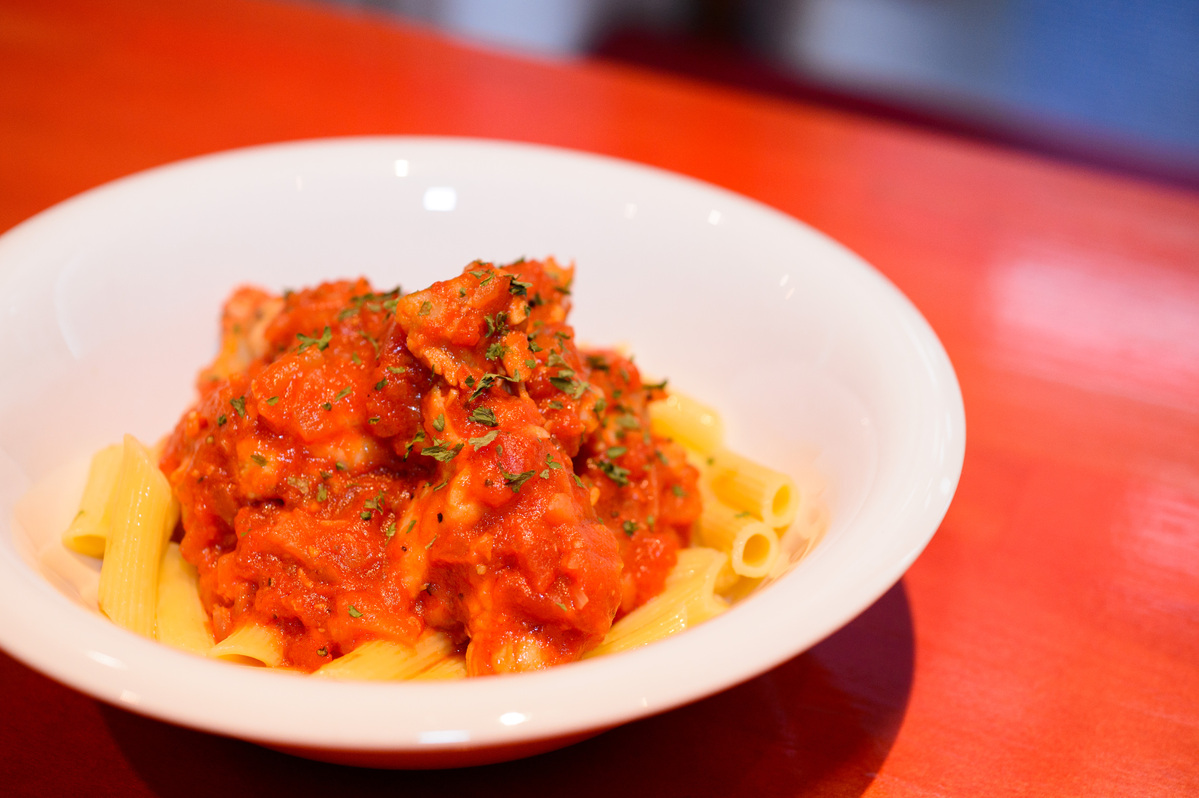 手羽元のトマト煮込みとマカロニパスタ