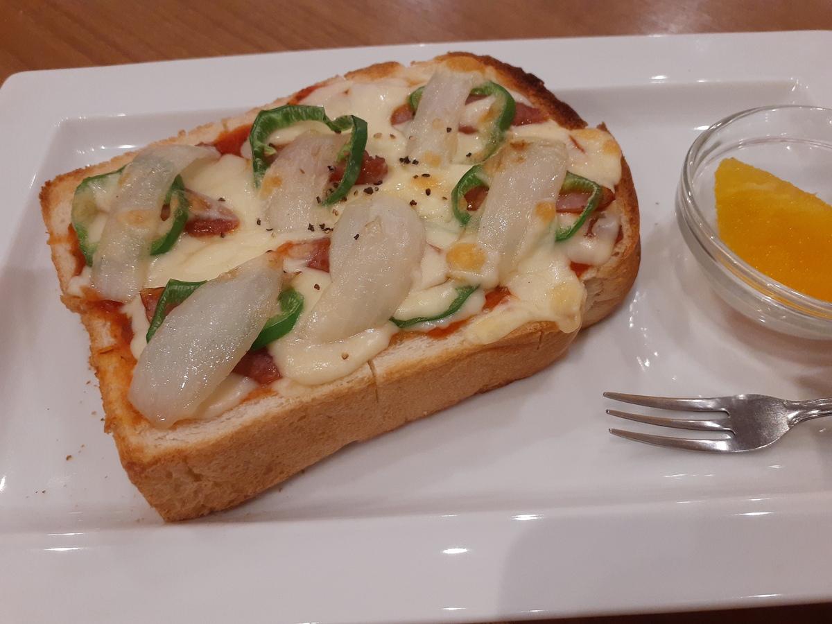 厚切りパンのボリュームたっぷり自家製ピザトーストです♪