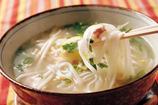 フォーチキン:米粉100%ベトナムうどん。つるつるとした食感がくせになる味。お子様にもおすすめのメニュー