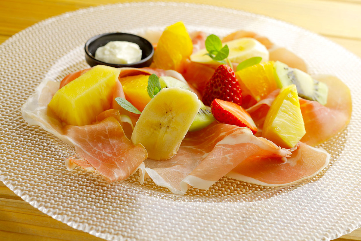 季節のフルーツと生ハムをクリームチーズで