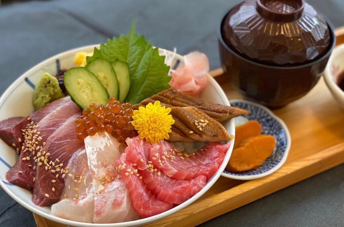 海鮮丼(赤だし付き)