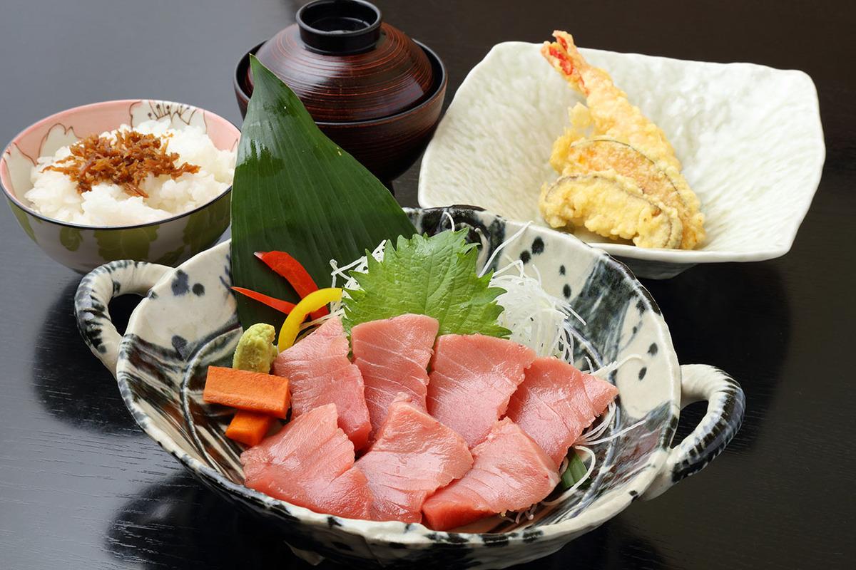 本マグロの中トロ刺身定食(天ぷら付)