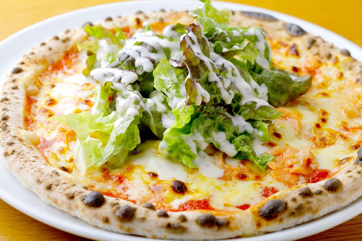 スモークサーモンとサラダのピザ(ぴり辛フレッシュトマトソース)