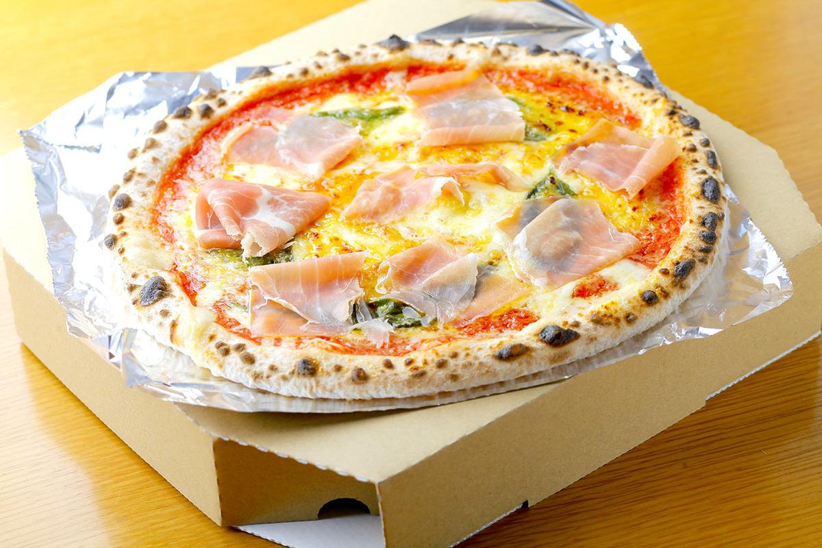 生ハムとバジルとモッツァレラチーズのピザ(トマトソース)