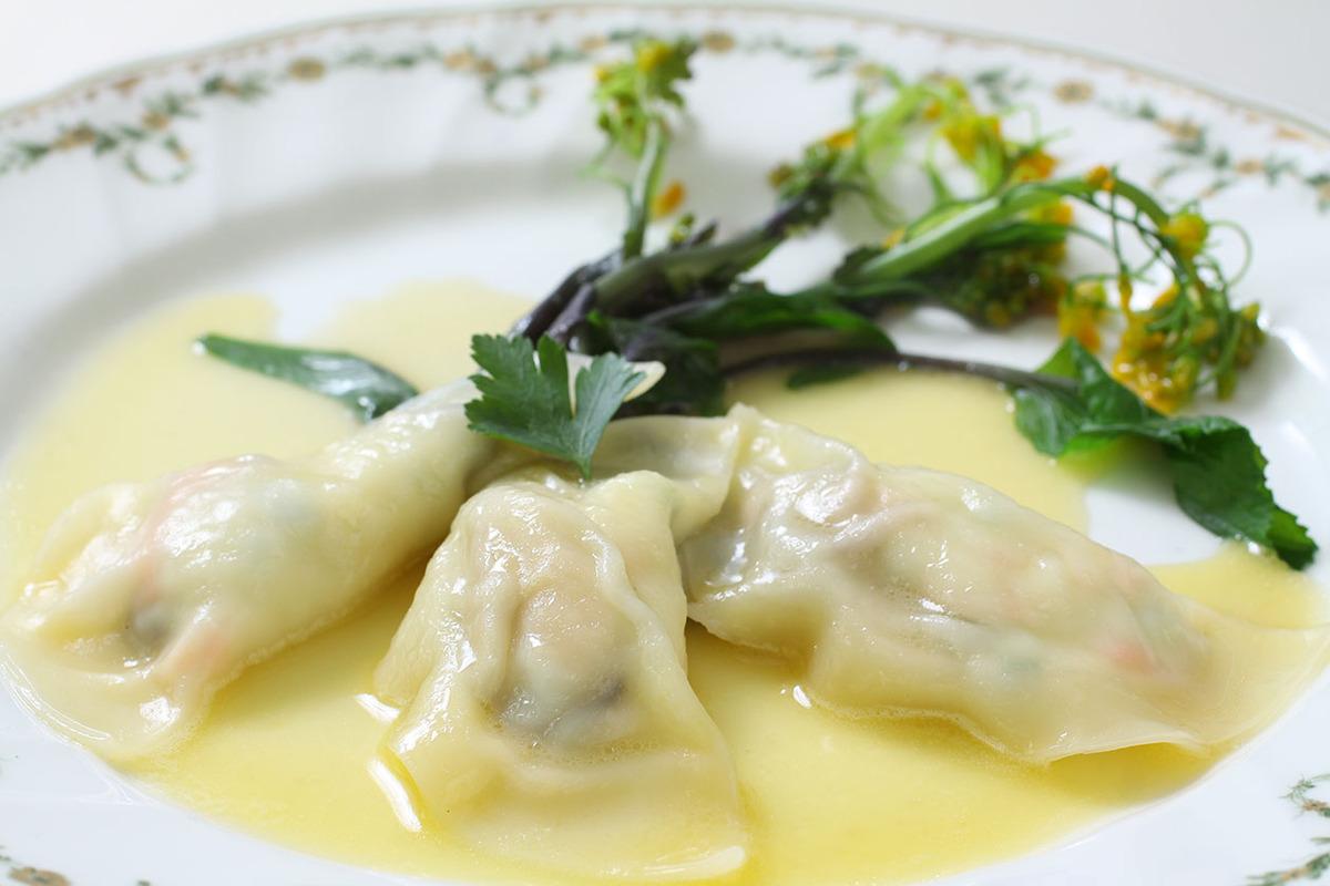 今月の前菜の一例【ムール貝のラビオリ 赤菜花添え】