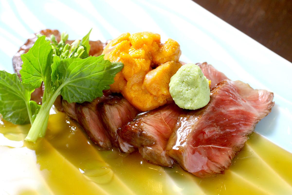 黒毛和牛イチボのステーキ すき焼きあんかけ 生ウニのせ