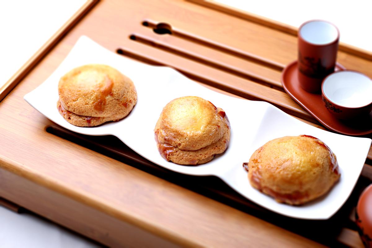 メロンパンのようなクッキー生地で広東叉焼と 餡を包みサクサクに仕上げた台湾風焼き菓子