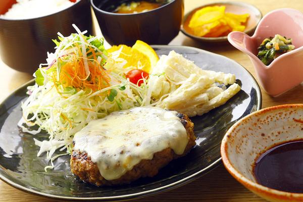 ハンバーグ定食(みそ又はソース) 写真はチーズトッピングの大人気「チーズハンバーグ」です。