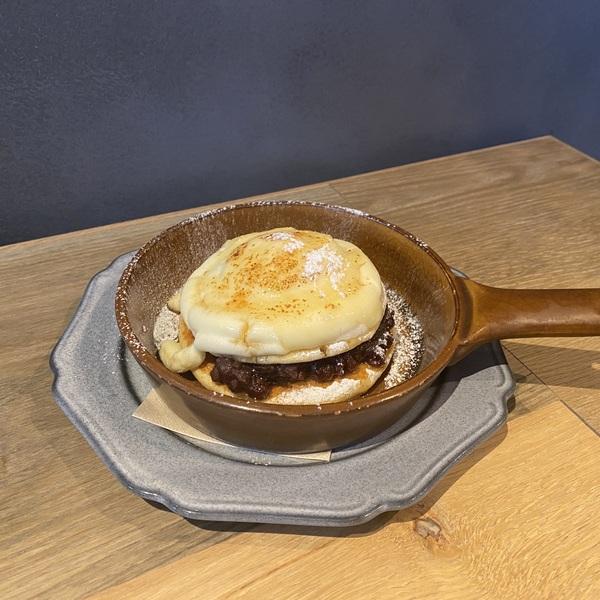 焦がしカマンベールチーズと小倉のパンケーキ