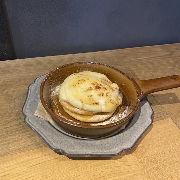 焦がしカマンベールチーズと蜂蜜のパンケーキ
